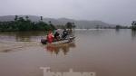 Công an đưa ca nô đi phát mì tôm cứu dân vùng ngập lụt Đắk Lắk