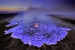 Núi lửa có dòng dung nham màu xanh ở Indonesia