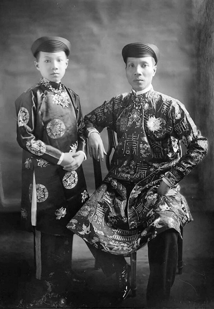 Vua Khải Định và hoàng tử Vĩnh Thụy (sau là vua Bảo Đại).