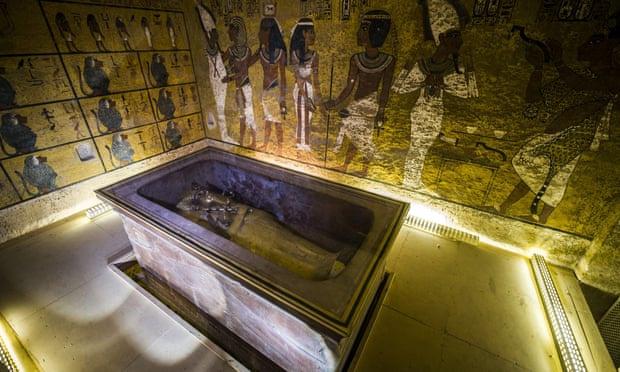 Quan tài bằng vàng của Tutankhamun trong hầm mộ. Ảnh: AFP.