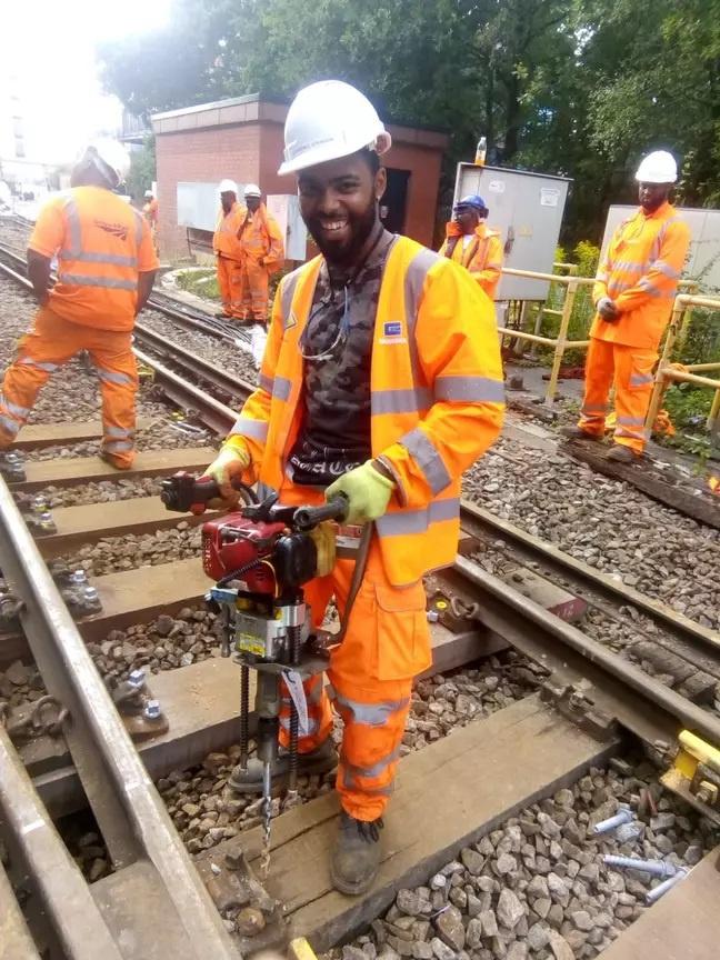 Lawrence trở thành kỹ sư đường sắt nhờ sự giúp đỡ của nhiều người lạ.