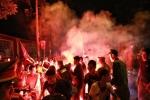 Lợi dụng ăn mừng bóng đá, nhiều đối tượng đốt pháo sáng, nẹt pô xe máy