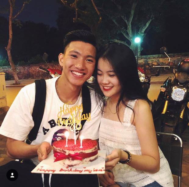 """Tạo dáng thân mật, dòng chữ """"Happy Birthday my love"""" đã như lời khẳng định hẹn hò của cặp đôi."""