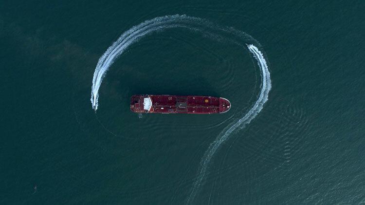 Xuồng tuần tra Iran chạy vòng quanh tàu dầu Stena Impero hồi tháng 7. Ảnh: AP.