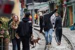 Bất chấp lệnh cấm, phố 'cà phê đường tàu' Phùng Hưng vẫn tấp nập người qua lại