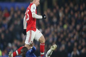 Nam thần Kante bất ngờ tái hiện cú trượt chân 'đá bay cúp vô địch Ngoại hạng Anh', Chelsea đánh rơi chiến thắng trước Arsenal dù sở hữu lợi thế cực lớ