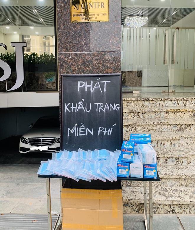 Hai điểm phát khẩu trang miễn phí ở quận 7 và quận 1 (TP.HCM) trong ngày 31/1. Ảnh: Nguyễn An Vịnh.