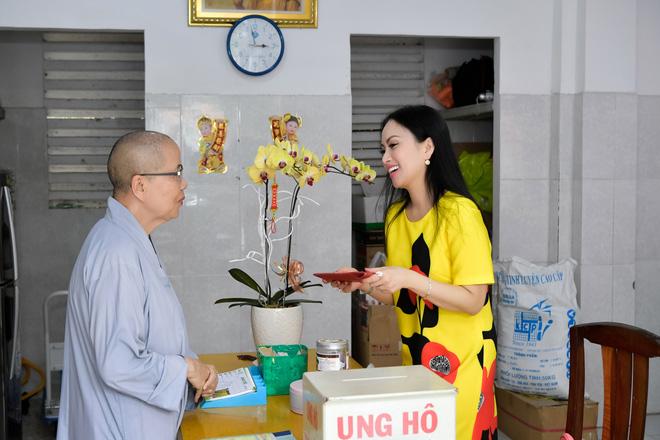 Hà Phương thực hiện hoạt động ý nghĩa trong dịp về Việt Nam đón Tết.
