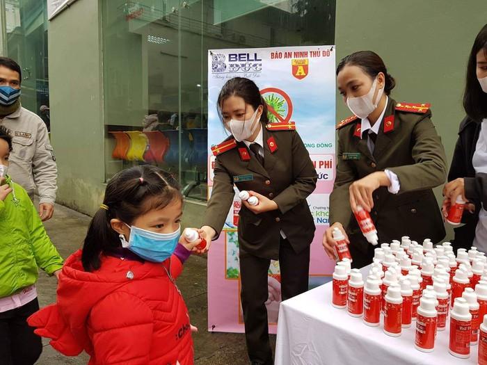 CBCS Báo ANTĐ phát tặng nước rửa tay khô miễn phí tại Bệnh viện Nhi Trung ương.