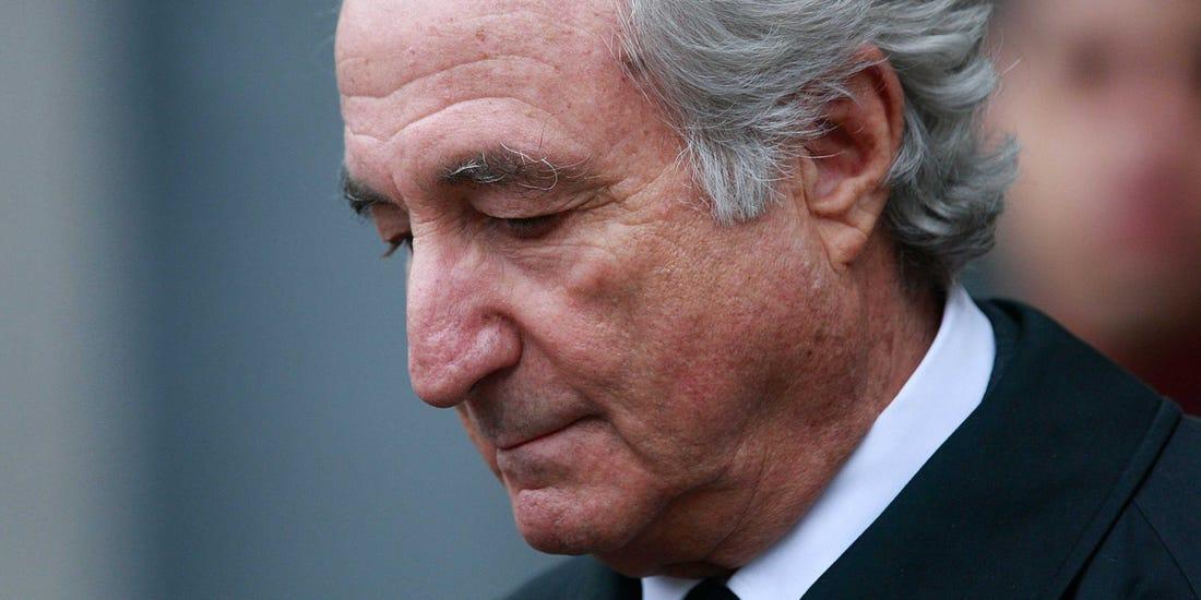 """Siêu lừa Bernie Madoff áp dụng """"mô hình Ponzi"""" để lừa đảo hàng chục tỷ USD trước khi bị bắt năm 2008."""