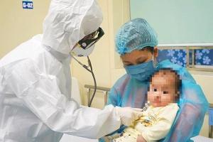 Vì sao mẹ bé 3 tháng tuổi thường xuyên tiếp xúc, chăm sóc con mà không lây bệnh Covid-19?