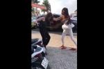 Sốc nặng với clip đánh ghen dữ dội đến bay cả tóc giả ngay giữa phố, cả vợ lẫn nhân tình đều đẹp như hotgirl