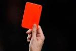 Hy hữu: Cầu thủ ăn thẻ đỏ hai lần trong một trận vì hành vi lươn lẹo