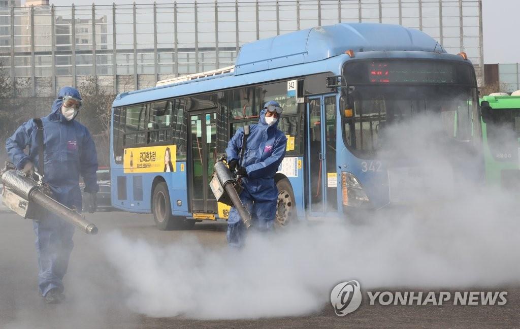 Khử trùng xe buýt ở Seoul. Ảnh: Yonhap.