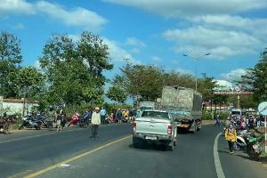 Dừng xe vì thấy tai nạn, 3 mẹ con bất ngờ bị xe tải đâm trúng
