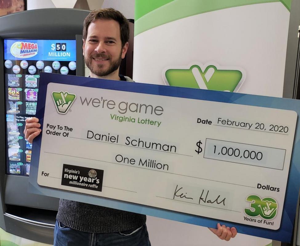 Anh Daniel Shuman trúng số hơn 23 tỷ nhờ tấm vé vợ tặng.