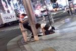 Chàng trai thản nhiên ngồi bấm điện thoại mặc cho bạn gái quỳ dưới chân khóc lóc: 'Em xin lỗi'