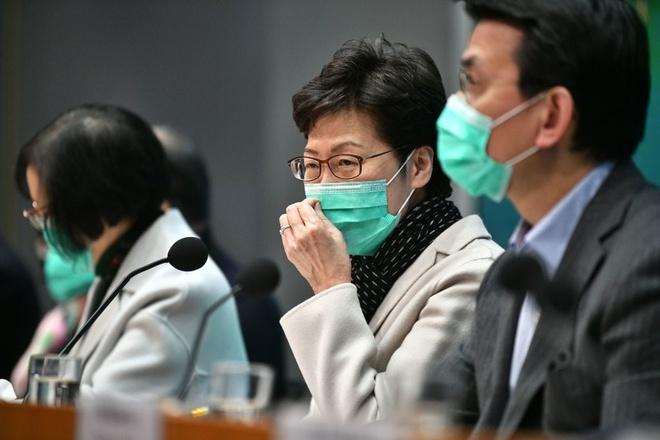 Bà Carrie Lam, đặc khu trưởng Hong Kong và các quan chức đeo khẩu trang trong một buổi họp báo về tình hình virus corona tại Hong Kong. Ảnh: Getty Images