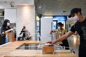 Quán cà phê sử dụng ròng rọc để tránh tiếp xúc với khách
