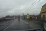 Cua gấp trên đường trơn, container mất lái, va vào 2 xe SUV
