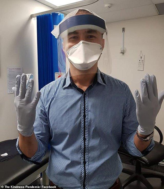 Bác sĩ Kamran đeo khẩu trang và mặt nạ do sinh viên y khoa tặng.