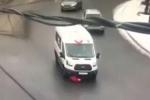 Clip: Băng qua đường, người phụ nữ bị cuốn vào gầm xe rồi kéo lê hàng chục mét