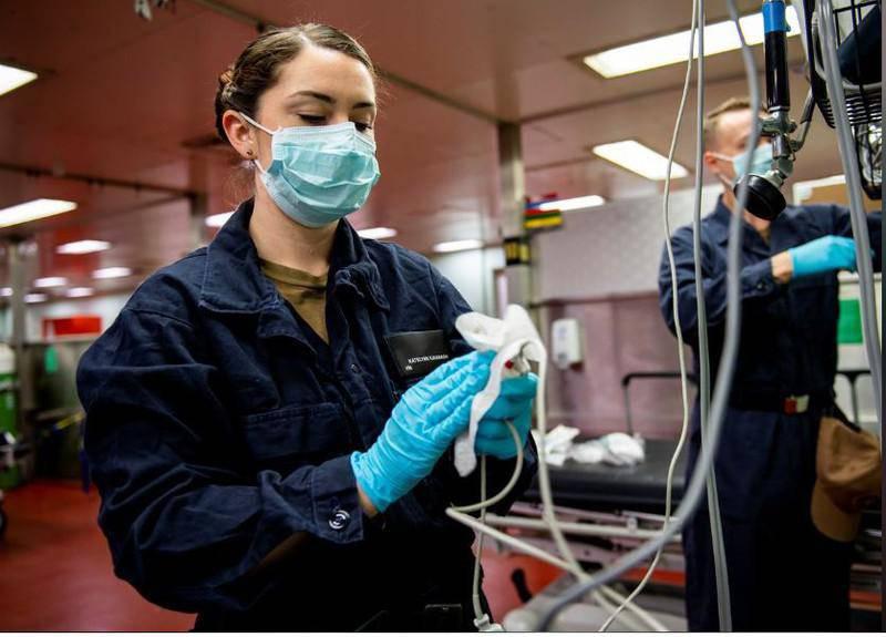 Vệ sinh thiết bị y tế trên tàu bệnh viện USNS Mercy ở bờ biển phía Nam bang California (Mỹ) ngày 24/3. Ảnh: REUTERS.