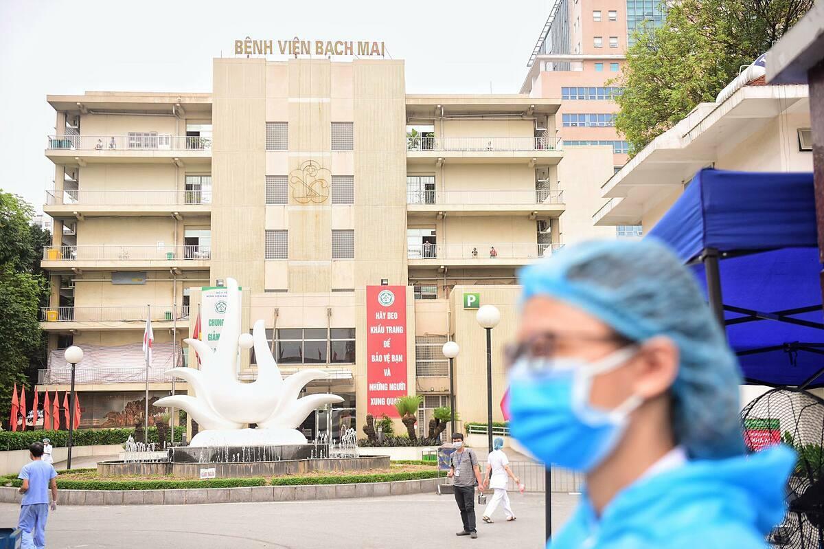Bạch Mai không cho phép người vào hay ra khỏi bệnh viện, để chống dịch. Ảnh: Giang Huy.