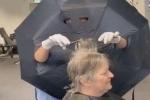 Tiệm salon nghĩ ra cách cắt tóc bá đạo đối phó với dịch Covid-19