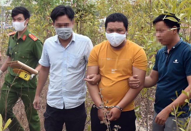 Cảnh sát đưa nghi can đến nơi vứt khúc gỗ dùng gây án ở gần hiện trường. Ảnh: PL TP.HCM.