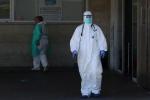 Không đủ đồ bảo hộ, y bác sĩ Tây Ban Nha như 'khỏa thân' trước virus