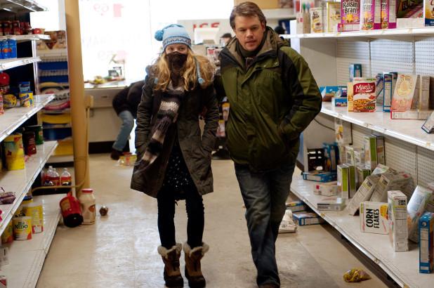 Những kệ hàng trong các siêu thị lộn xộn chỉ còn lại vài món sau khi người dân đổ xô tích trữ.