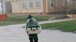 Hình ảnh anh lính đội mưa, khệ nệ bê thùng xốp tiếp tế lương thực cho người dân ở khu cách ly khiến ai nấy đều ấm lòng