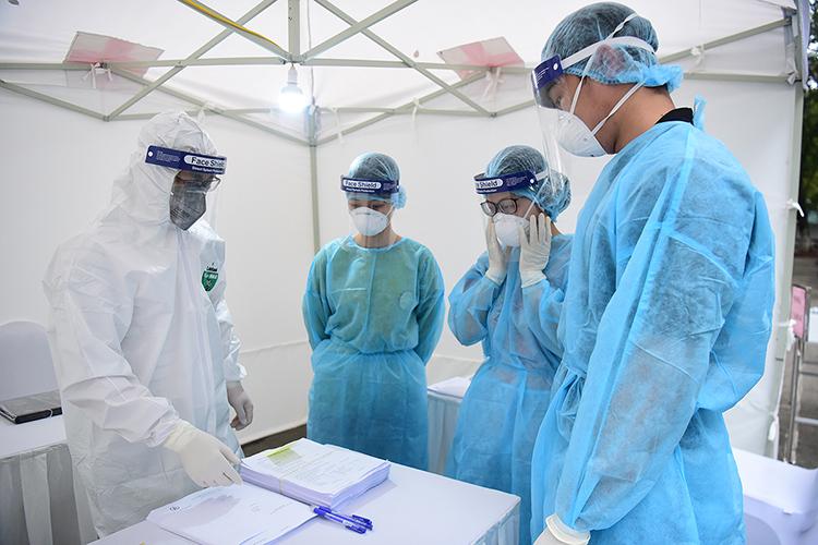 Nhân viên y tế tại trạm xét nghiệm nhanh nCoV tại Hà Nội. Ảnh: Giang Huy