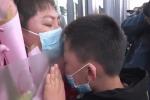 Nữ y tá nghẹn ngào hôn con trai qua cửa kính ngày trở về