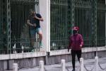 Vượt rào vào công viên tập thể dục
