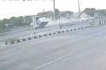 Video: Màn giữ thăng bằng siêu kinh điển của gã tài xế xe bán tải