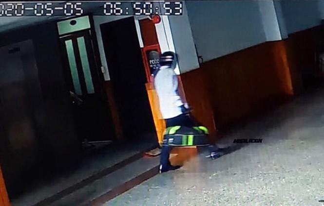 Camera ghi lại  hình ảnh ông Minh trong thời gian lẩn trốn.