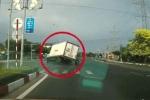 Pha bẻ lái không tưởng của tài xế xe tải cứu 2 thanh niên chạy xe máy vượt đèn đỏ