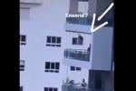 Ông bố đẩy xích đu cho con trên ban công nhà cao tầng, hàng xóm nhìn từ xa thôi cũng đủ 'rụng tim'