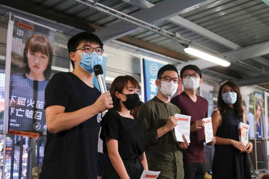 Nhà hoạt động Hoàng Chi Phong, một trong các lãnh đạo của Phong trào Dù vàng năm 2014, tổ chức họp báo về dự luật an ninh mới hôm 22/5 tại Hong Kong. Ảnh: Reuters.