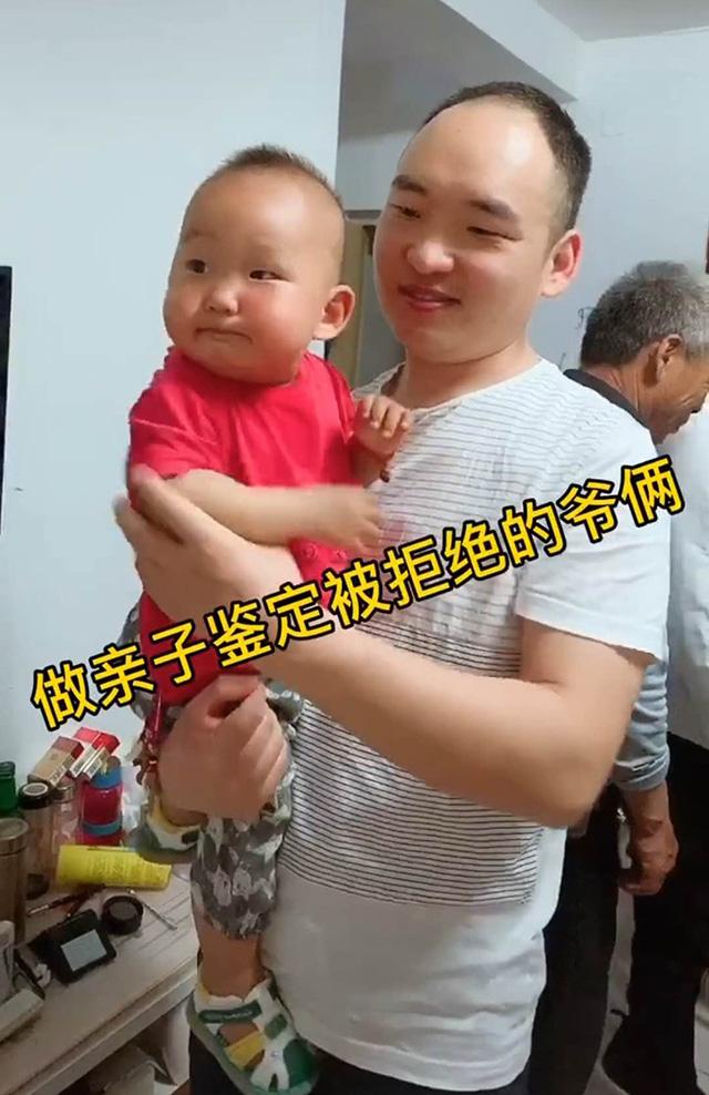 Ông bố và cậu con trai nhỏ.