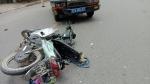 Xe máy va chạm với xe cảnh sát giao thông, hai mẹ con nguy kịch