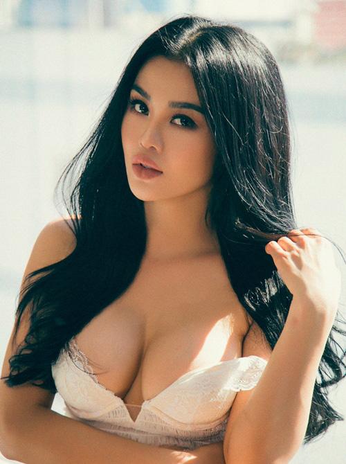 """Đăng quang Hoa hậu Việt Nam Hoàn cầu 2012 song danh hiệu này của cô nhanh chóng bị lu mờ bởi quá khứ ăn chơi với những bộ ảnh táo bạo, """"bốc lửa""""."""
