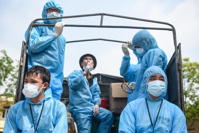 Nhân viên y tế tại thôn Đông Cứu, huyện Thường Tín, Hà Nội. Ảnh: Duy Hiệu.