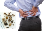Nhập viện vì đau lưng, bác sĩ phát hiện hàng trăm viên sỏi trong thận
