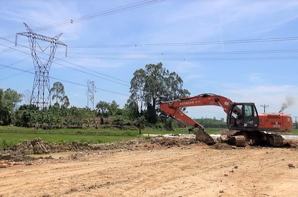 Xe múc của Công ty TNHH Đầu tư xây dựng Dacinco vi phạm hành lang an toàn lưới điện trong quá trình thi công san lấp mặt bằng. (Ảnh do PC Đà Nẵng cung cấp).