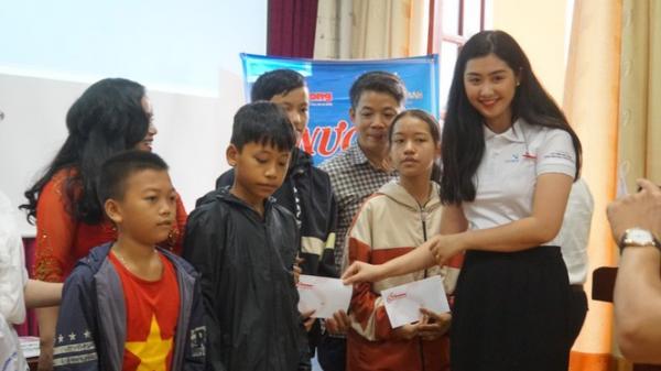 Phạm Ngọc Linh trao học bổng cho các học sinh khó khăn tại huyện Minh Hóa