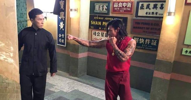 Sarut Khanwilai và Chân Tử Đan trong phim Diệp Vấn 3.