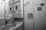 Tại sao trên máy bay cấm hút thuốc lá nhưng trong nhà vệ sinh lại có gạt tàn thuốc?